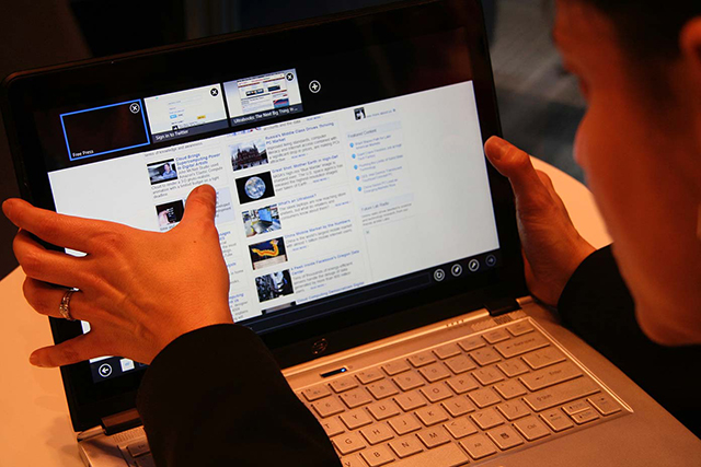 Laptop - Utilizzo del pollice per interagire con il display